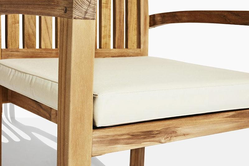 stabel havestol i teak træ. flot teakstol der kan stables og købes online på scanteaks havemøbler webshop nærbillede