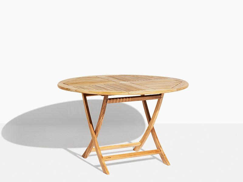 rundt havebord i teak der kan foldes. Have bord der kan klappes sammen i 120 cm diameter med parasol hul.