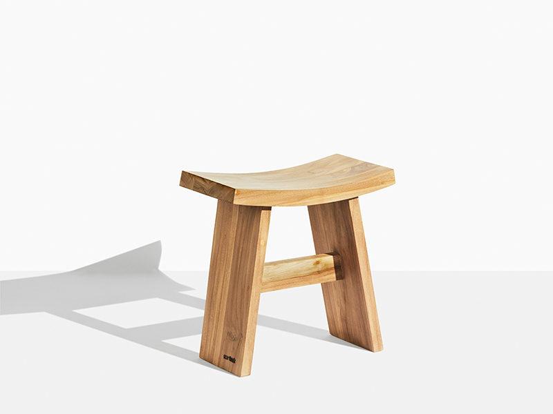 teakskammel i asiatisk design. Asiastool i kerne teak til have og terrasse. Både til indendørs og udendørs