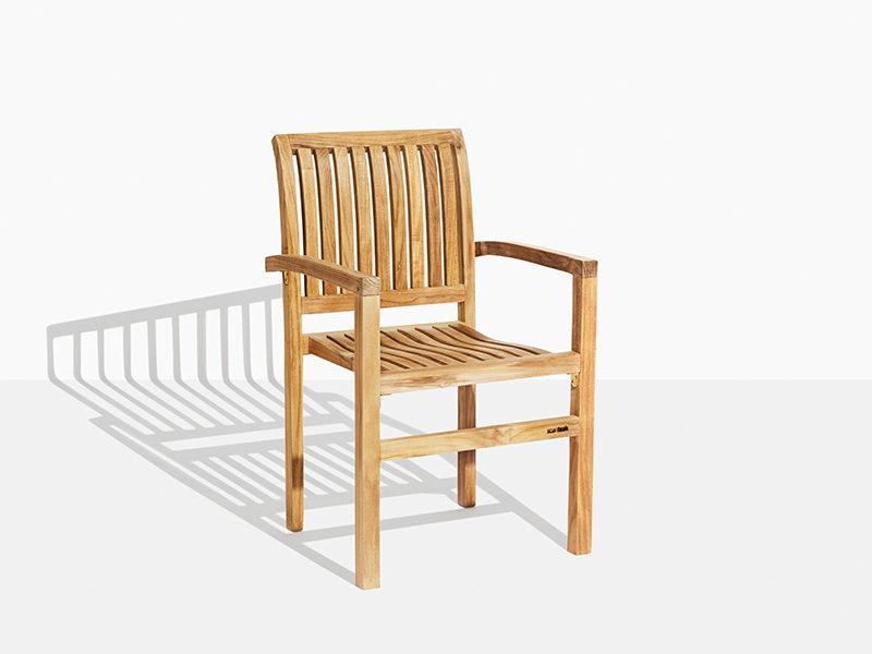 Havestol i teak der kan stables. Stabelstol i teaktræ til have og terrasse